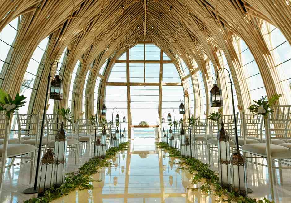 アプルヴァ・オーシャンフロント・チャペル アップグレード・ウェディングC ランタン&グリーンアイビー 装飾