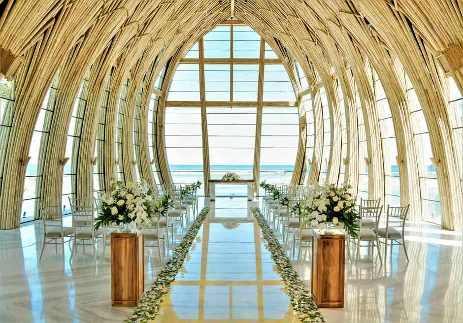 アプルヴァ・オーシャンフロント・チャペル アップグレード・ウェディングA 生花&グリーンリーフ アイルサイド装飾全景