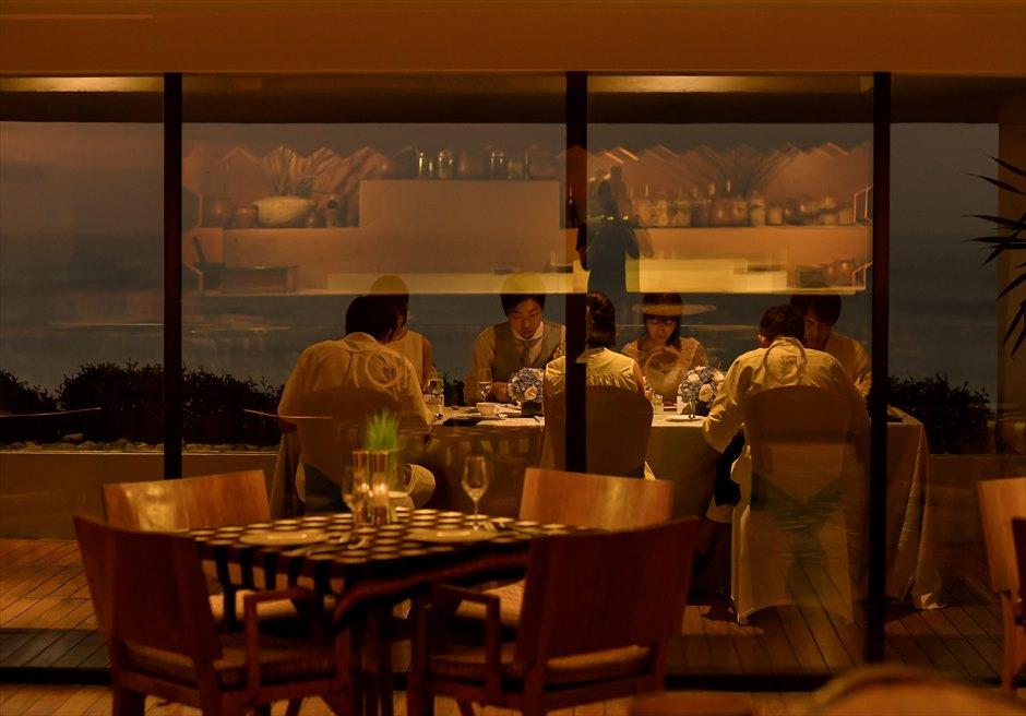 アナンタラ・ウルワツ 360°レストラン屋内よりのテラスを望む