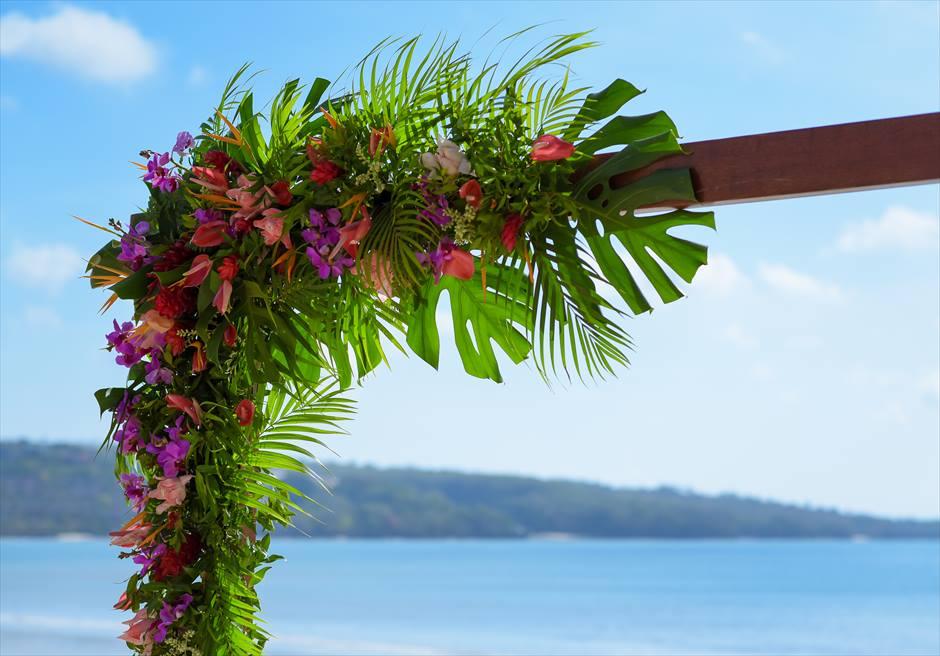 ベルモンド・ジンバラン トロピカル ウェディングアーチ生花装飾