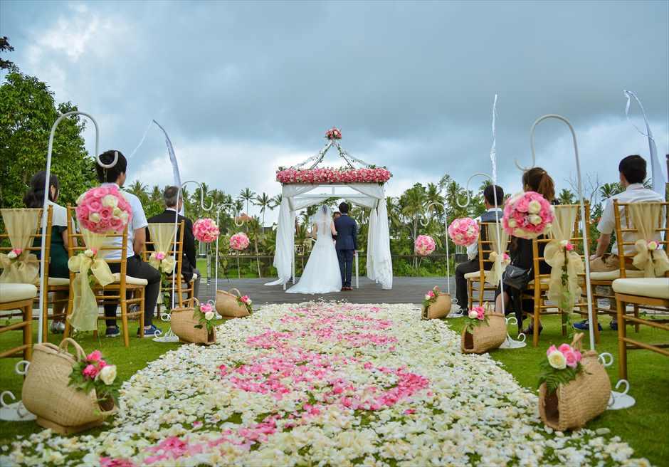 カマンダル・ウブド ガーデン上の美しいフラワーバージンロード