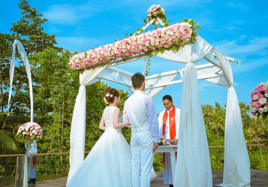 カマンダル・ウブド 生花のウェディングアーチ装飾