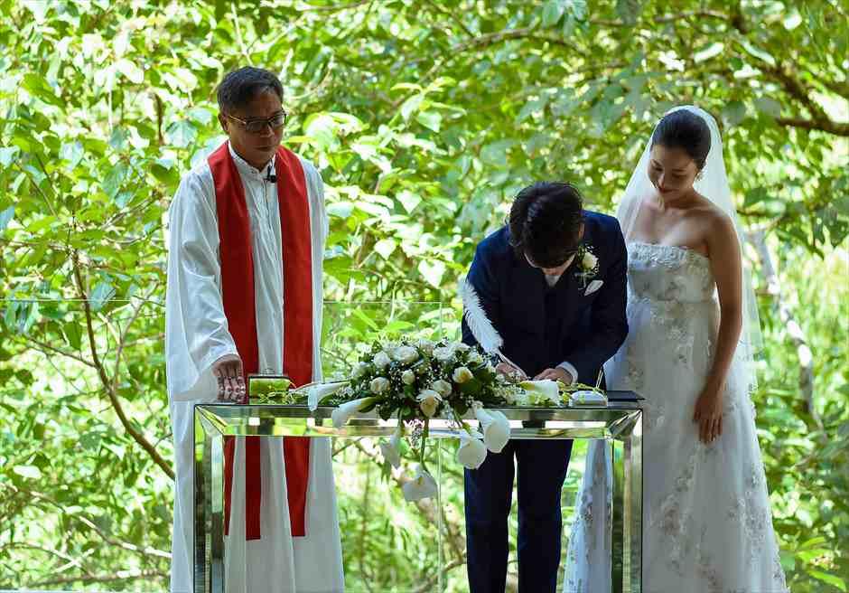 コマネカ・ビスマ 結婚証明書サイン