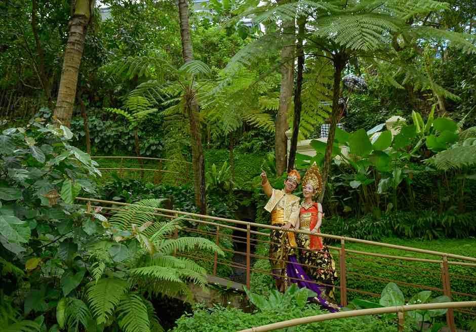 コマネカ・アット・ビスマ ガーデン回廊にてバリ衣装撮影