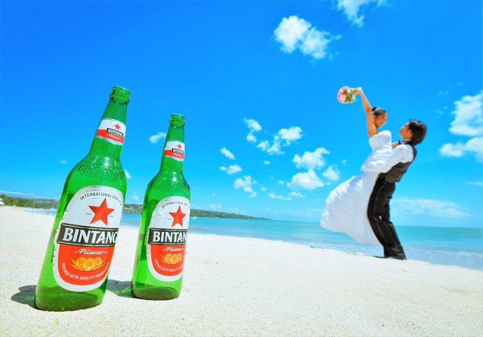 白砂ビーチにてウェディングフォトお持込アイテムビンタンビール