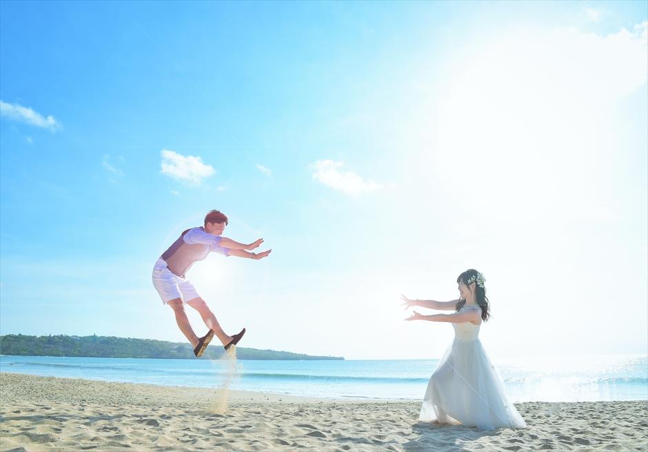 クラトン・ジンバラン・ビーチ・リゾート透明度の高い白砂ビーチにて