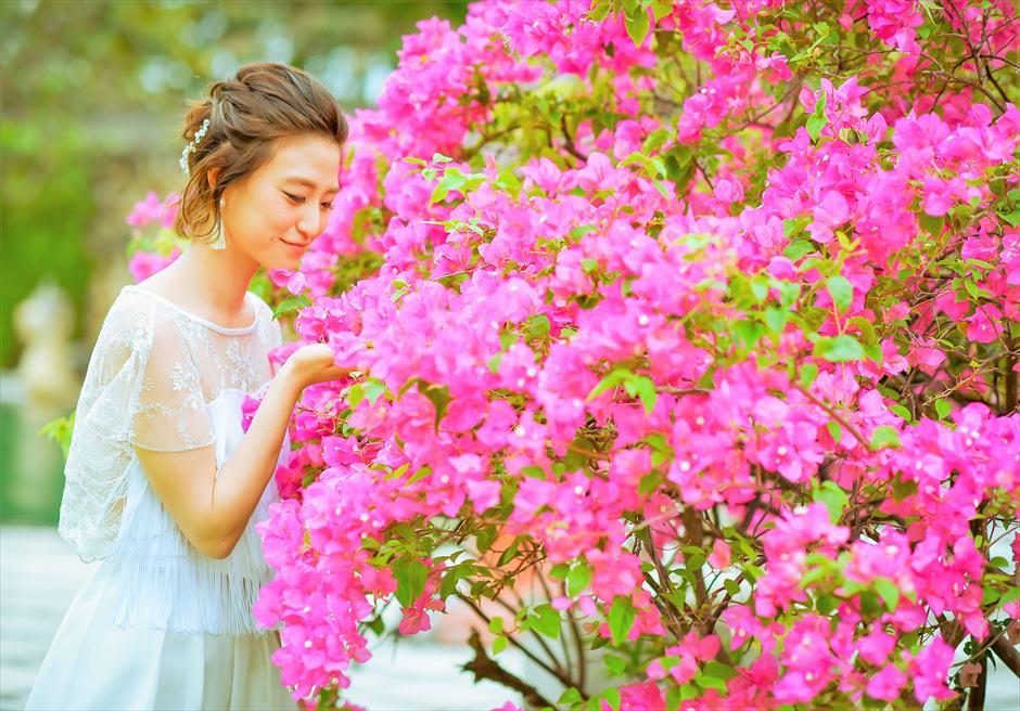 クラトン・ジンバラン・ビーチ・リゾート花々が咲き乱れるガーデンにて