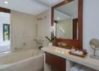 マヤ・ウブド・リゾート&スパ デラックスルーム バスルーム