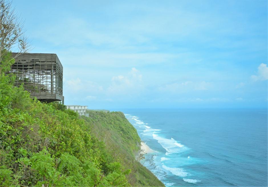 絶壁より大海を一望するロケーション