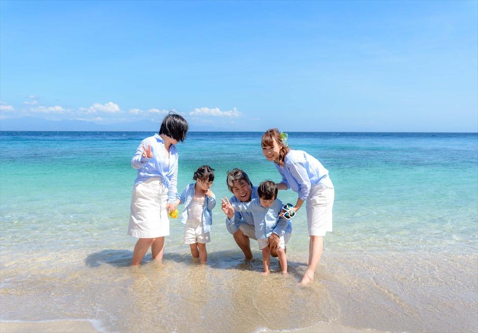 透明度の高い白砂ビーチ ファミリーフォト