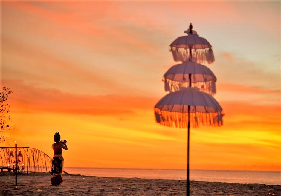バリ傘とバリ伝統衣装・サンセットタイム