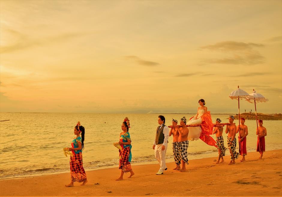 バリ伝統の神輿によるパーティー会場入場