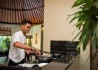 ザ・クンジャ ご宿泊のヴィラでスタッフが朝食を準備します