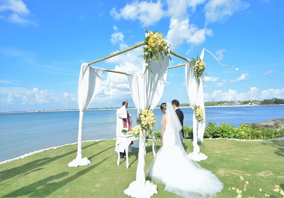 フォーシーズンズ・バリ挙式 ギリ・ジンバラン 祭壇前に海が広がる挙式
