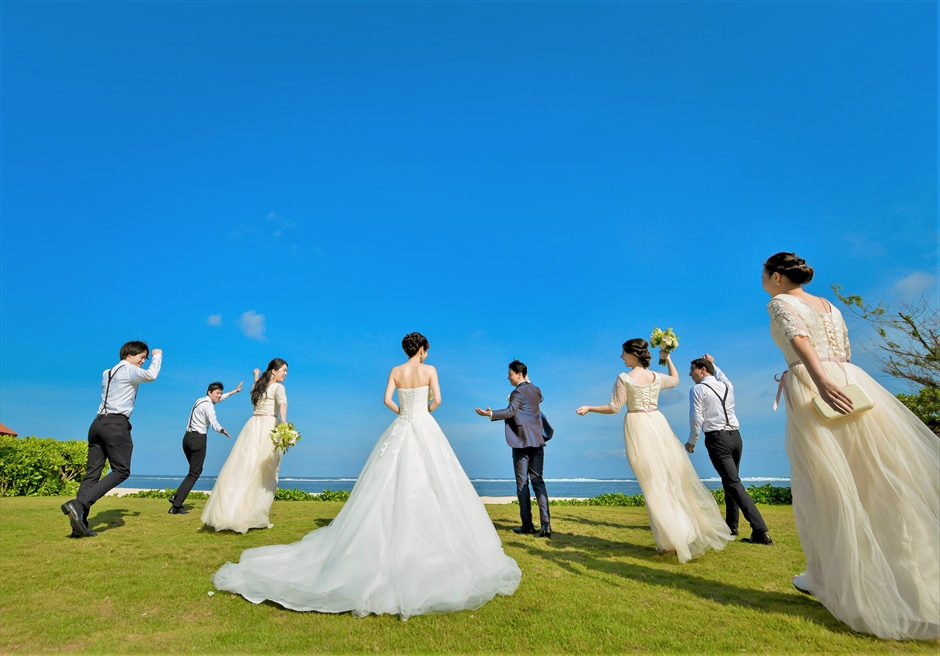 セント・レジス・バリ挙式 ガーデンにてご参列者と挙式後撮影