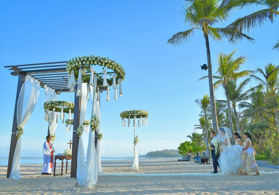 セント・レジス・バリ挙式 広大で美しいビーチ 挙式会場入場シーン