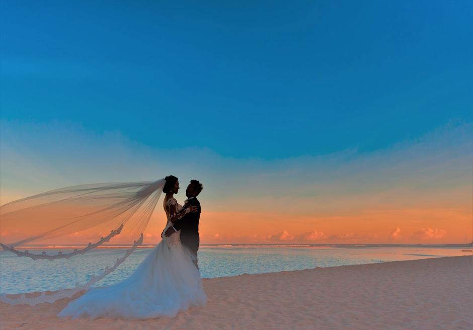 セント・レジス・バリ挙式 暮れ行く夕日を背面に色づくビーチ