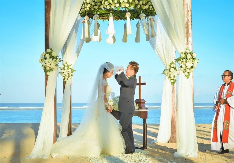 セント・レジス・バリ挙式 祭壇越しに美しい海が広がるベールアップ