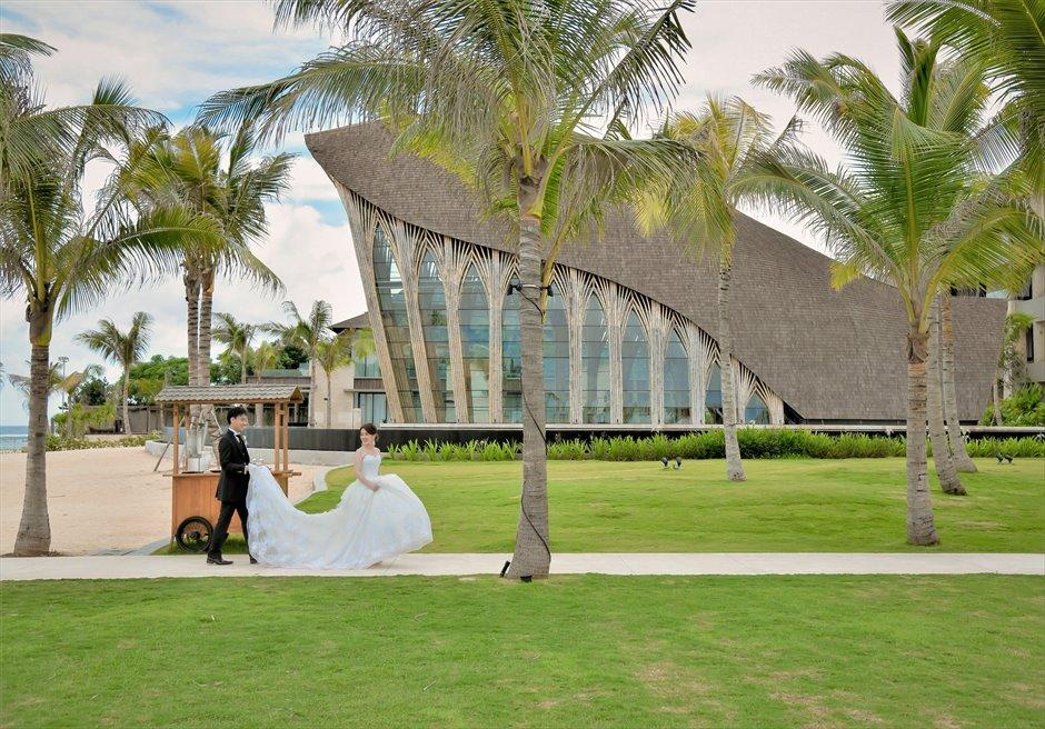ケンピンスキ・バリ結婚式 ビーチからのガーデンロードにて挙式前撮影