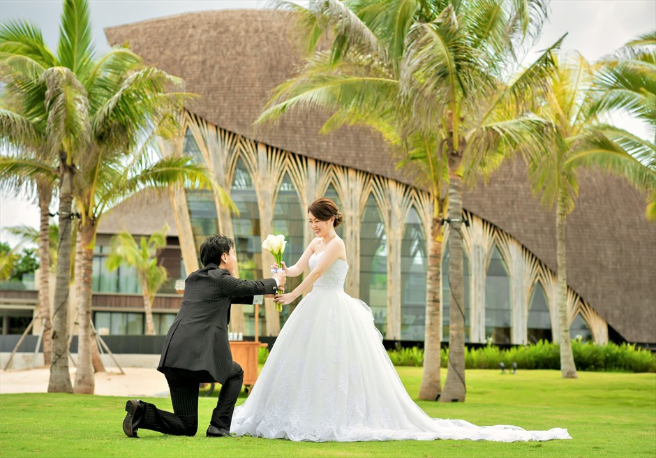 ケンピンスキ・バリ結婚式 アプルヴァ・チャペルをバックにプロポーズ