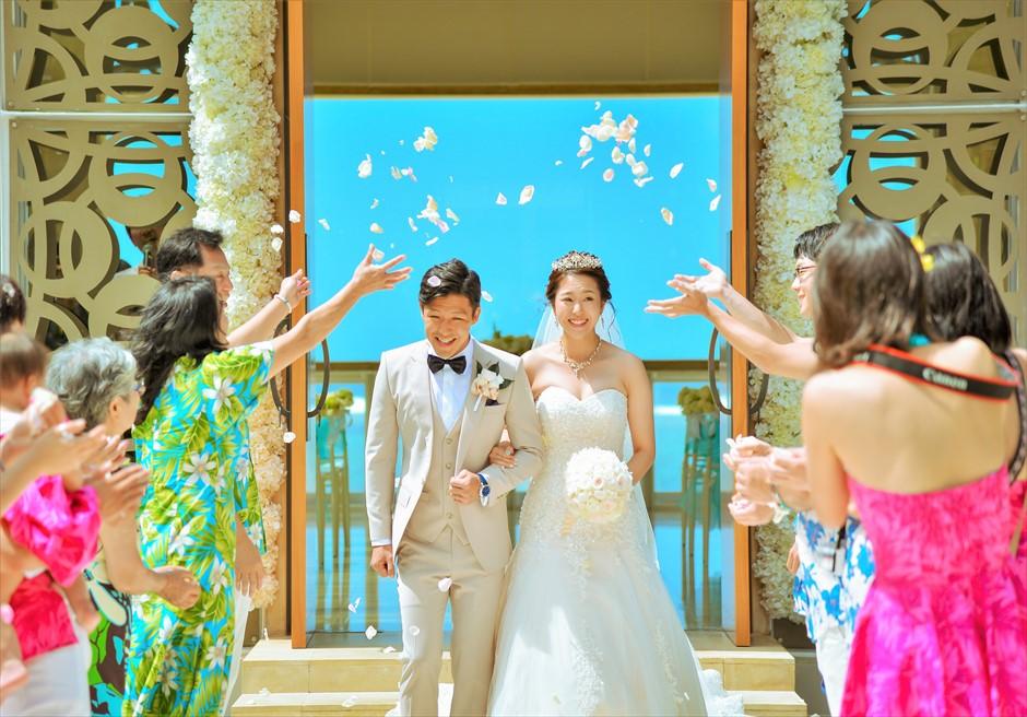 ムリア・バリ・ウェディング ハーモニー・チャペル前にて生花のフラワーシャワー
