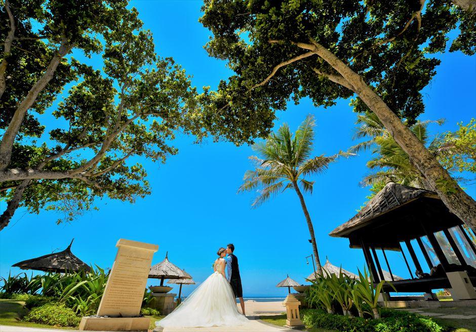 バリ島ウェディング・フォト/ コンラッド・バリ/ リゾート前ビーチへ続くガーデン