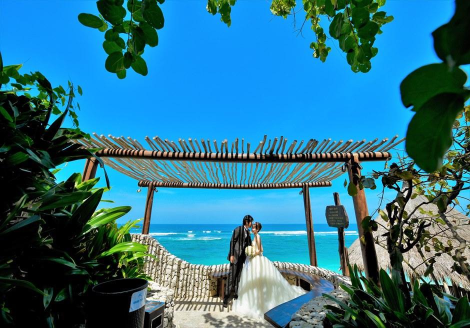 バリ島フォト・ウェディング【デイタイム】/ カルマ・カンダラ/ リゾートからは青々とした海が眼下に広がる