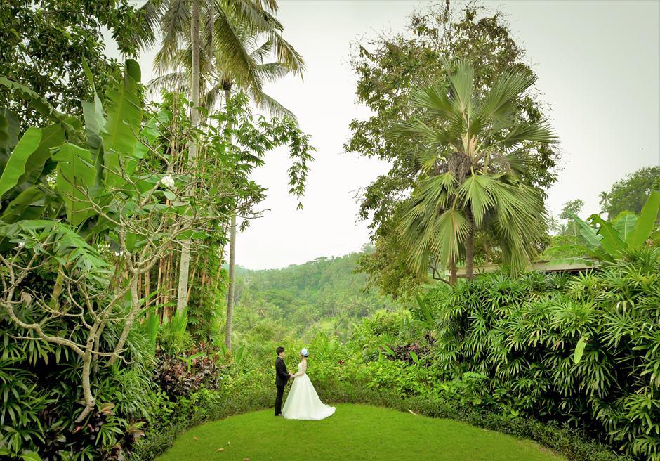 バリ島ウェディング・フォト【ウブド】/ フォーシーズンズ・リゾート・サヤン/ 熱帯雨林に囲まれたガーデン